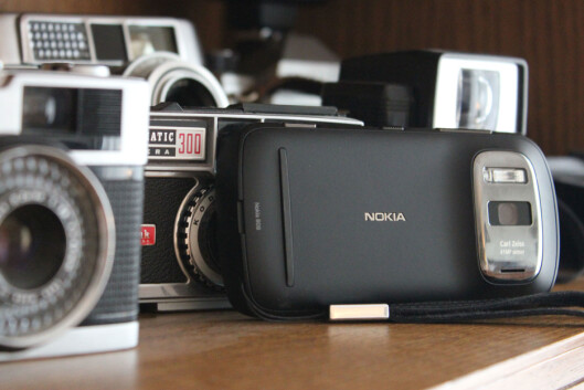 <strong>KAMERAKLASSIKER:</strong> Nokia 808 PureView har et mobilkamera som kan sidestilles med klassikerne vi har på hylla. Men når operativsystemet er en døende dinosaur, som yter som en gammel mann, blir telefonen forøvrig en stor skuffelse.  Foto: Ole Petter Baugerød Stokke