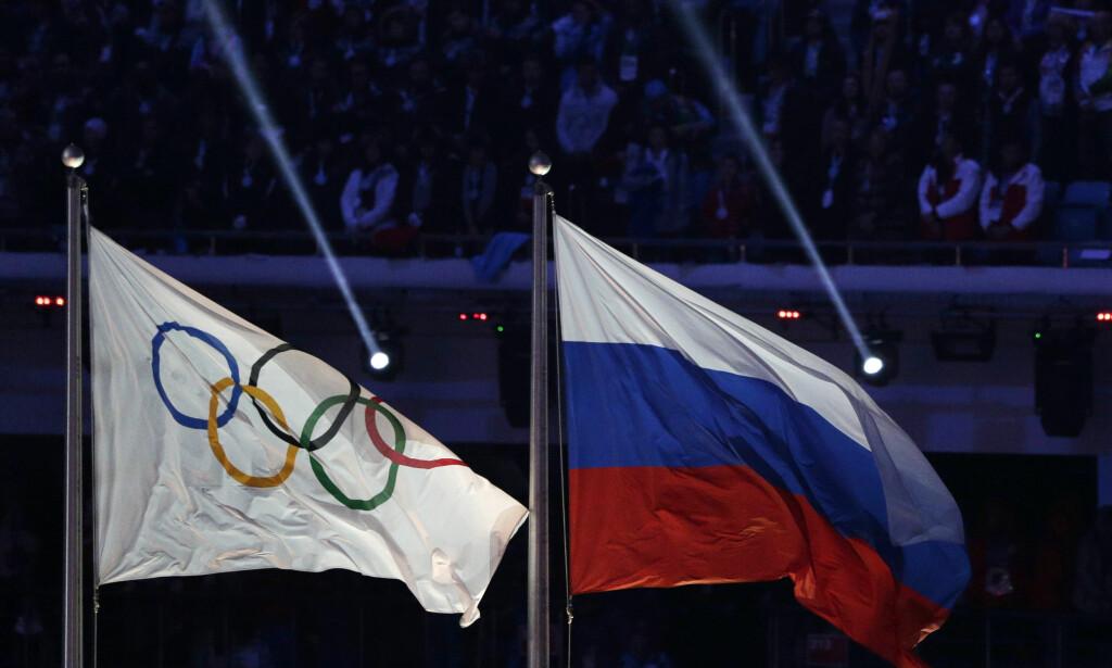 FOR ALLTID SAMMEN? Det olympiske flagget og det russiske flagget: Foto: NTB Scanpix