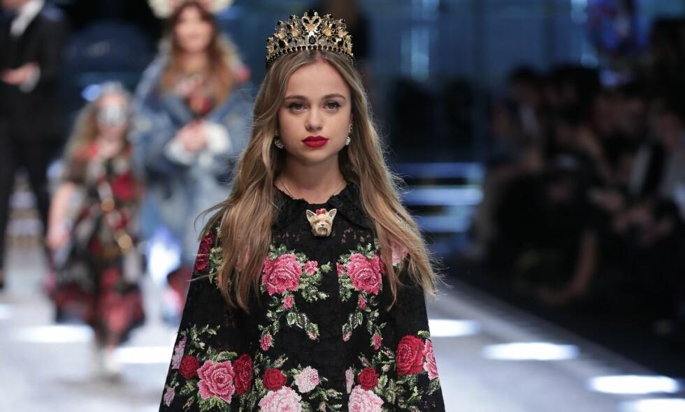 PÅ CATWALKEN MED TIARA: Da Lady Amelia Windsor i fjor debuterte på catwalken under moteuka i Milano, gikk den kongelige modellen med en tiara på hodet. Foto: NTB Scanpix.