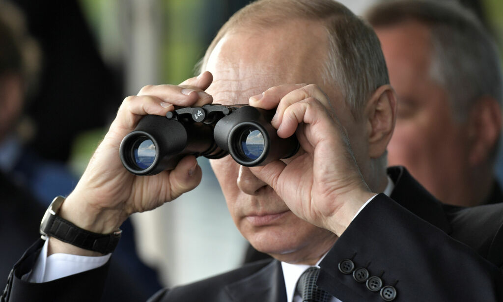 Russian President Vladimir Putin uses a pair of binoculars as he watches a display during the MAKS 2017 air show in Zhukovsky, outside Moscow, Russia July 18, 2017. Sputnik/Alexei Nikolsky/Kremlin via REUTERS   ATTENTION EDITORS - THIS IMAGE WAS PROVIDED BY A THIRD PARTY.     TPX IMAGES OF THE DAY