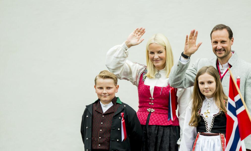 KONGEBARNA: Prins Sverre Magnus stikker av med tittelen årets mest joviale kongebarn! Se den morsomme videoen hvor han dabber i saken! FOTO: NTB Scanpix