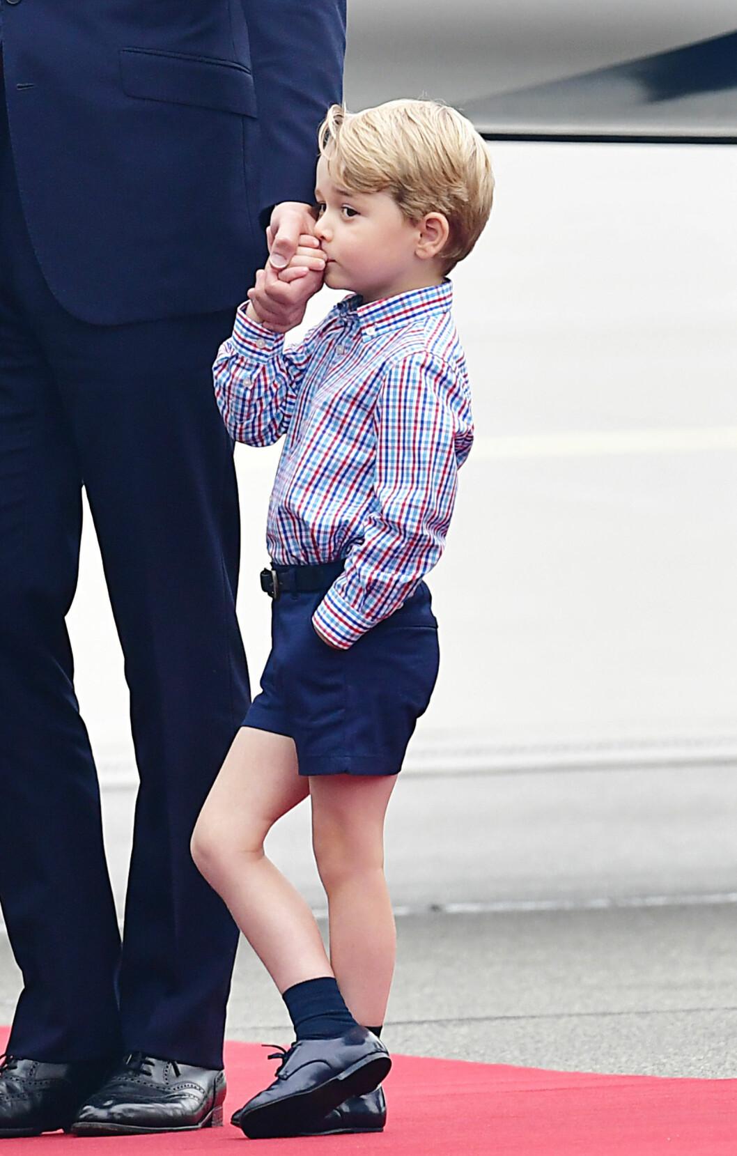 PAPPAKOS: Prins George er så søt! Her kysser han pappa prins William på hånden under et besøk i Hamburg. Foto: NTB Scanpix