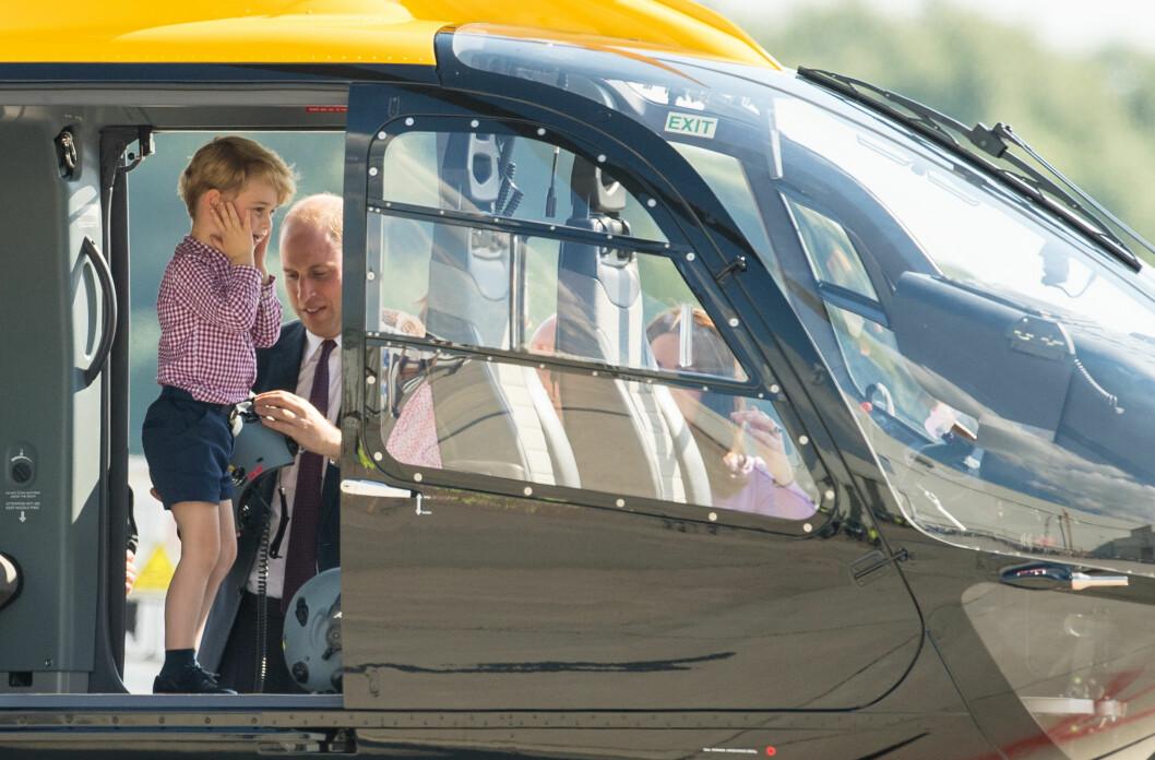 GUTTA PÅ TUR: I sommer var prins George og familien på offisiell tur til Tyskland. Her fikk prinsen blant annet sjekket ut et redningshelikopter - noe som så ut til å være litt for bråkete for prinsen sin del. Foto: NTB Scanpix