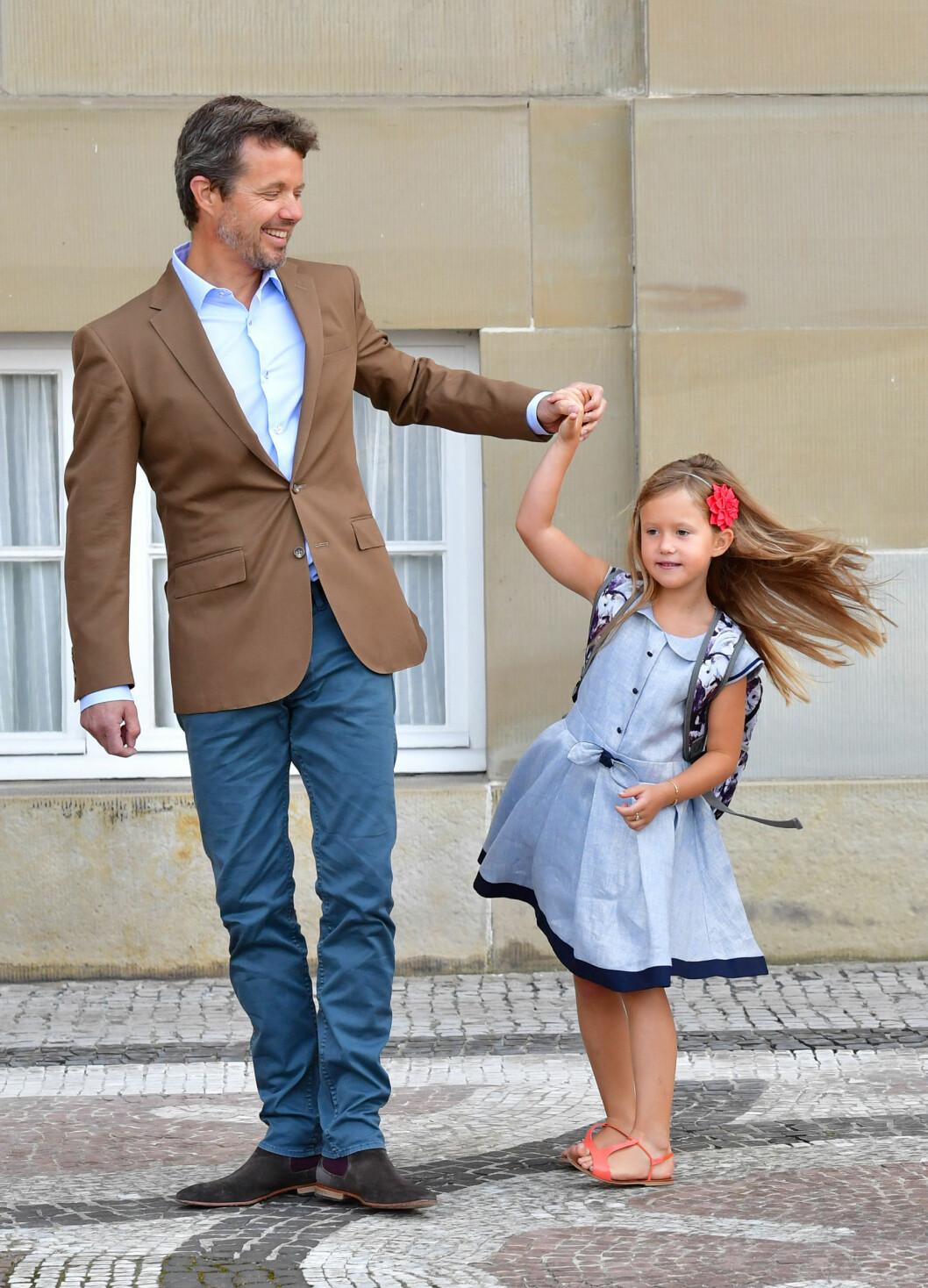 FØRSTE SKOLEDAG: En spent liten prinsesse tok en liten svingom med sin far før hun bega seg ut på sin aller første skoledag i midten av august. Foto: NTB Scanpix