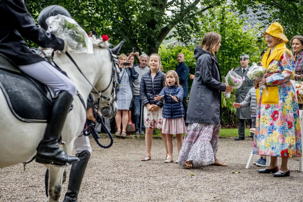 HESTEGAL: Prinsesse Josephine av Danmark ser ut til å være svært glad i hester. Her er hun fotografert under en tilstelning på Gråsten Slott i sommer med storesøster prinsesse Isabella. Foto: NTB Scanpix