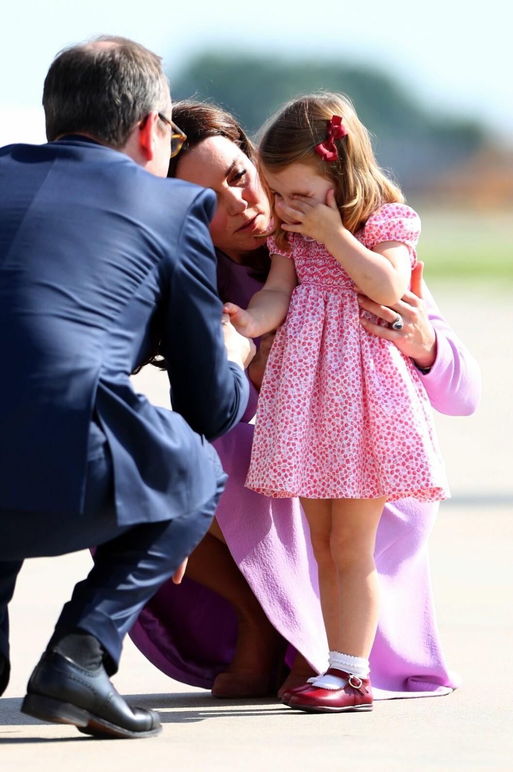 MÅTTE TRØSTES: For en liten prinsesse kan det være mye å forholde seg til når man er med på offisiell reise. Dette bildet er fra Tyskland i sommer. Foto: NTB Scanpix