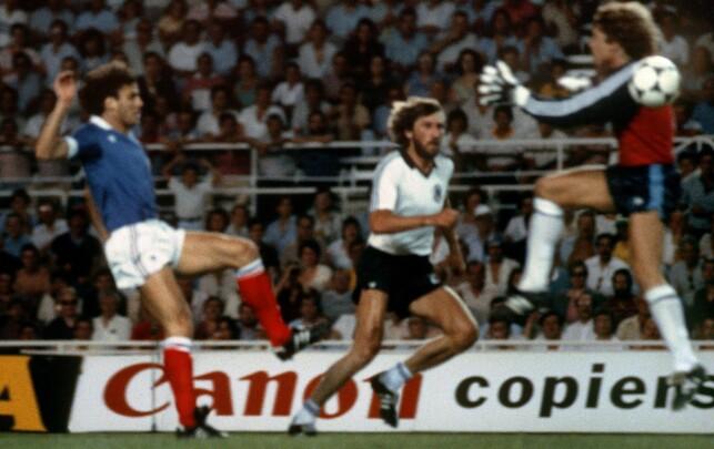 RETT FØR KOLLISJONEN: Harald Schumacher kolliderer med Patrick Battiston i VM-semien i 1982. Foto: AFP PHOTO/NTB Scanpix