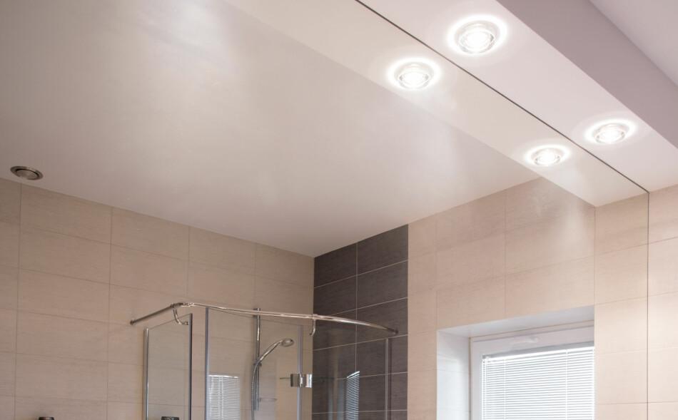 SKIFT UT: Det er smart å skifte ut halogenpærene på badet ditt. Men det er likevel et par ting du bør sjekke før du går over til LED. Foto: NTB scanpix