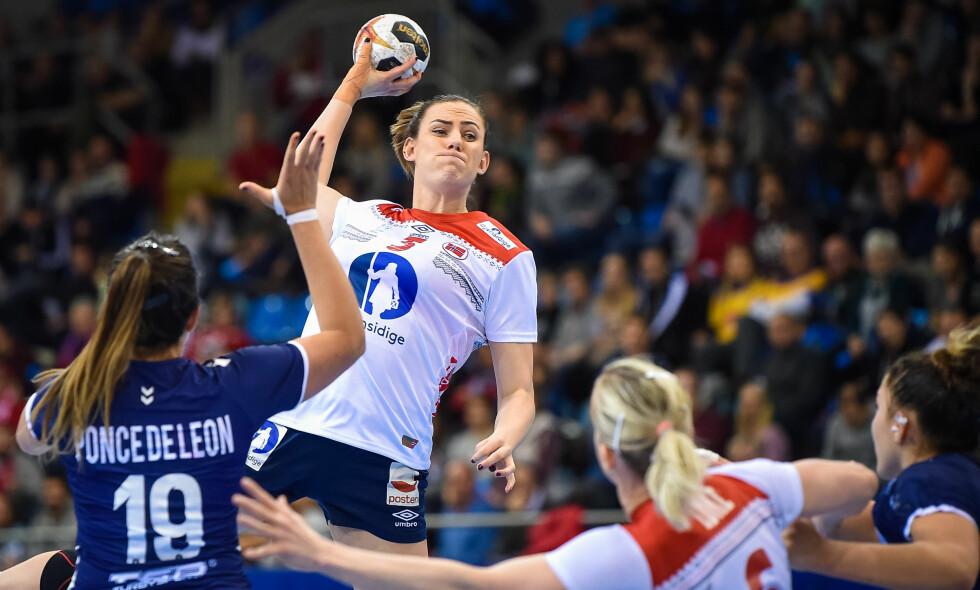MANGLER POWER: Emilie Hegh Arntzen, her fra VM-kampen mot Argentina, står over kveldens oppgjør mot Tsjekkia. Foto: NTB Scanpix