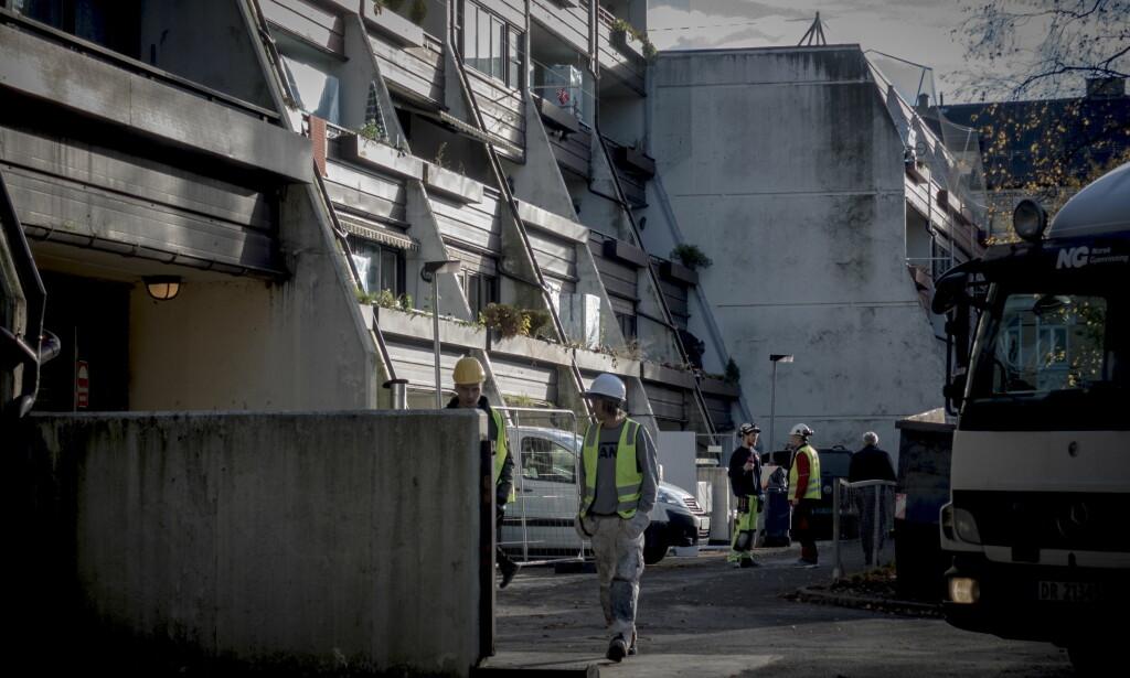 PUSSER OPP. Oslo kommune pusser opp en kommunal bygård i Sofienberggata på Grünerløkka. S-bygg har fått oppdraget verdt 110 millioner kroner. Men hvem leide de egentlig inn for å male? Foto: Lars Eivind Bones.