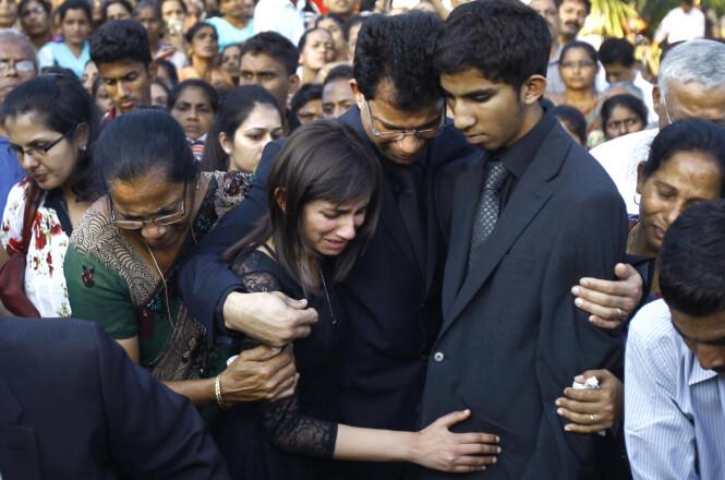 <strong>I SORG:</strong> Datteren Janice og Junal sammen med deres Benedict Barbosa under begravelsen til Jacintha Saldanha den 17. desember 2012 i Mangalore i India. Foto: NTB Scanpix