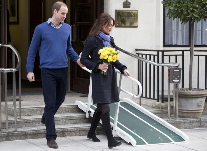 <strong>UTSKREVET:</strong> Prins William følger sin kone hertuginne Kate ut av King Edward VII hospital etter at hun hadde vært innlagt for alvorlig svangerskapskvalme. Det var i forbindelse med dette oppholdet at de australske radio-dj'ene Mel Greig og Michael Christian valgte å utføre en tulletelefon som fikk fatale følger. Foto: NTB Scanpix