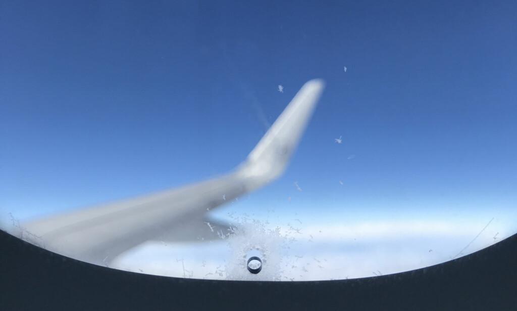 FOR SIKKERHETEN DIN: Det lille hullet du ser i alle flyvinduer, sitter mellom to andre ruter og spiller en viktig rolle for å beholde trykket i kabinen. Det er også en sikkerhetsforanstaltning i tilfelle det ytterste vinduet skulle få en lekkasje. Dessuten sørger det for at vinduet er duggfritt. Foto: Tormod Brenna