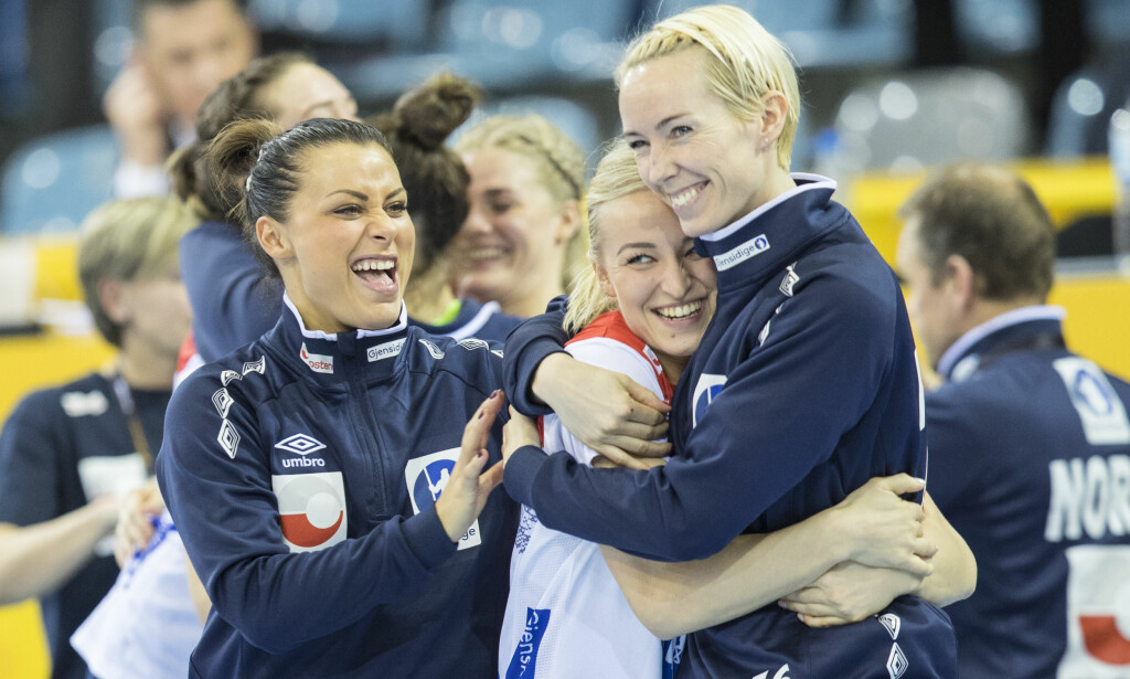 GOD: Stine Bredal Oftedal får klem etter seier mot Tsjekkia. Foto: Vidar Ruud / NTB scanpix