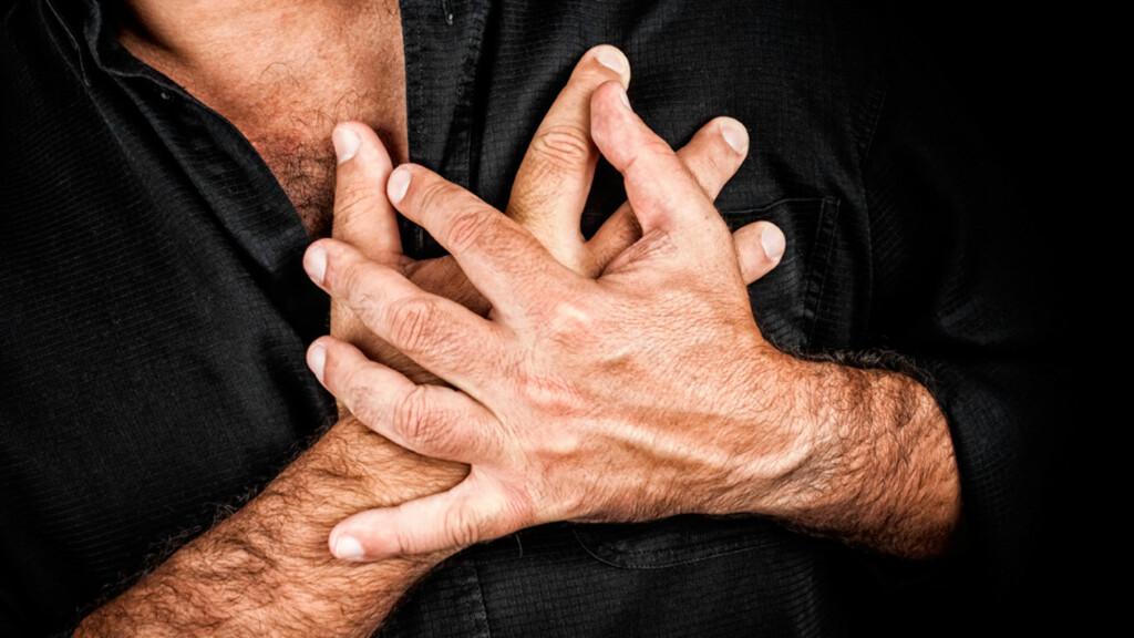HJERTEBANK: Stresshormonet adrenalin kan påvirke hjertet ditt. Angst kan derfor utløse opplevelser som hjertebank, svetting og skjelving. Foto: NTB Scanpix/Shutterstock