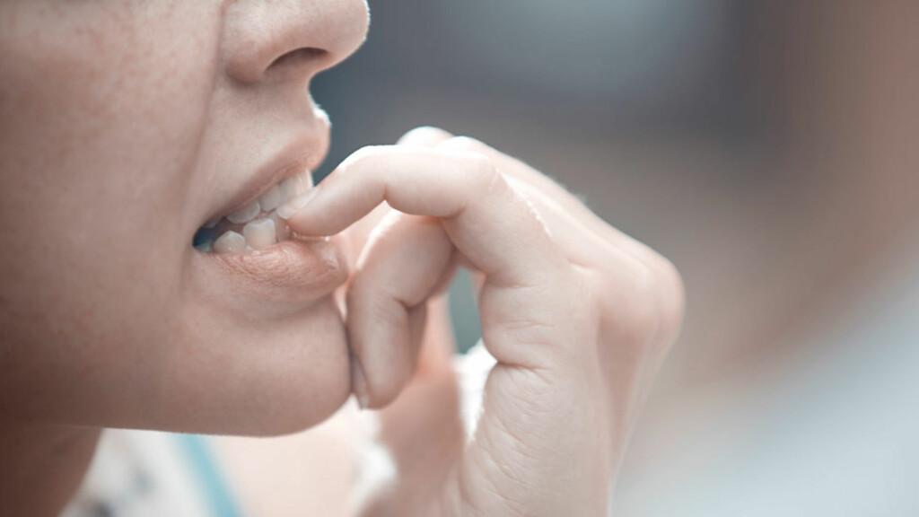 SYMPTOMER VED ANGST: Nervøsitet, skjelving, muskelspenninger, svetting, ørhet, hjertebank, svimmelhet og ubehag i magen. Angsten kan være generell eller knyttet til spesielle situasjoner. Foto: NTB Scanpix/Shutterstock
