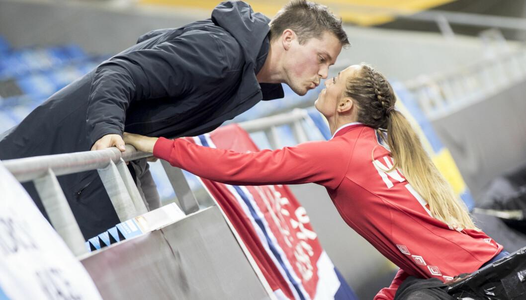 SEIERSKYSS: Steffen ga kona seierskysset etter at Norge hadde slått Tsjekkia i VM. Foto: NTB Scanpix