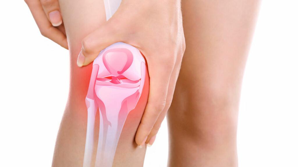 SMERTER I KNEET: Kommer smertene brått kan man mistenke en akutt skade, kommer knesmertene over tid, mistenker man ofte en overbelastning eller sykdom. Foto: NTB Scanpix/Shutterstock