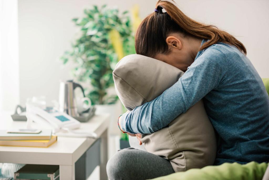 ANGSTANFALL:  Hjertebank, pusteproblemer, intens frykt og panikk er vanligse symptomer ved et angstanfall. Ofte varer et slikt anfall fra noen minutter, opp til en time. Foto: NTB Scanpix/Shutterstock