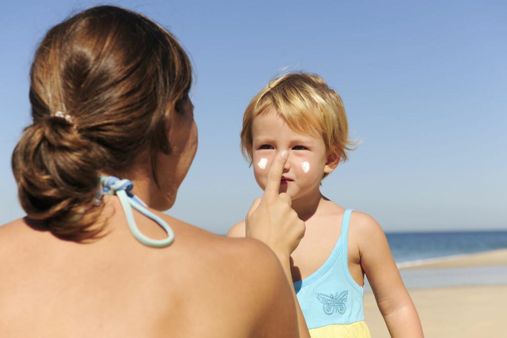 DET ER FORSKJELL PÅ SOLKREMENE:  Mange av barnesolkremene er gir et hvitlig skjær, og kan være litt seigere å smøre på. De er imidlertid mindre allergifremkallende enn voksenkremene. Foto: Shutterstock