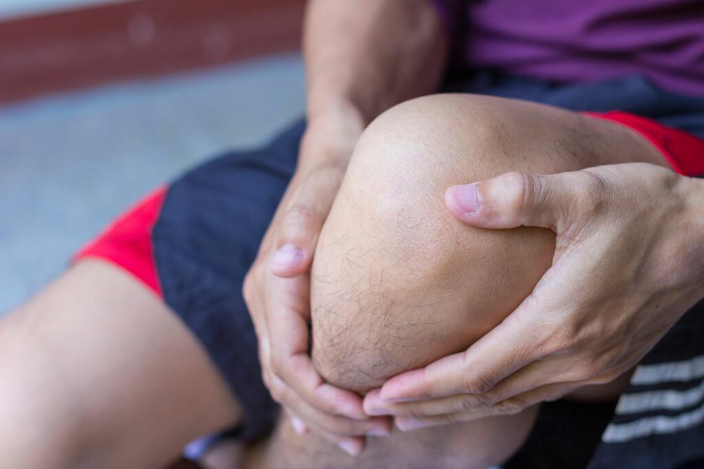 VONDT KNE: Svært mange idrettsutøvere, og stadig flere ivrige mosjonister, rammes av seneskaden jumpers knee - eller hopperkne. Foto: NTB Scanpix/Shutterstock