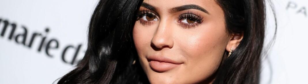 SMINKESUKSESS: Kylie Jenner har håvet inn millioner på sminkemerket sitt, Kylie Cosmetics – men stjernens nyeste produkt får skarp kritikk. FOTO: Scanpix