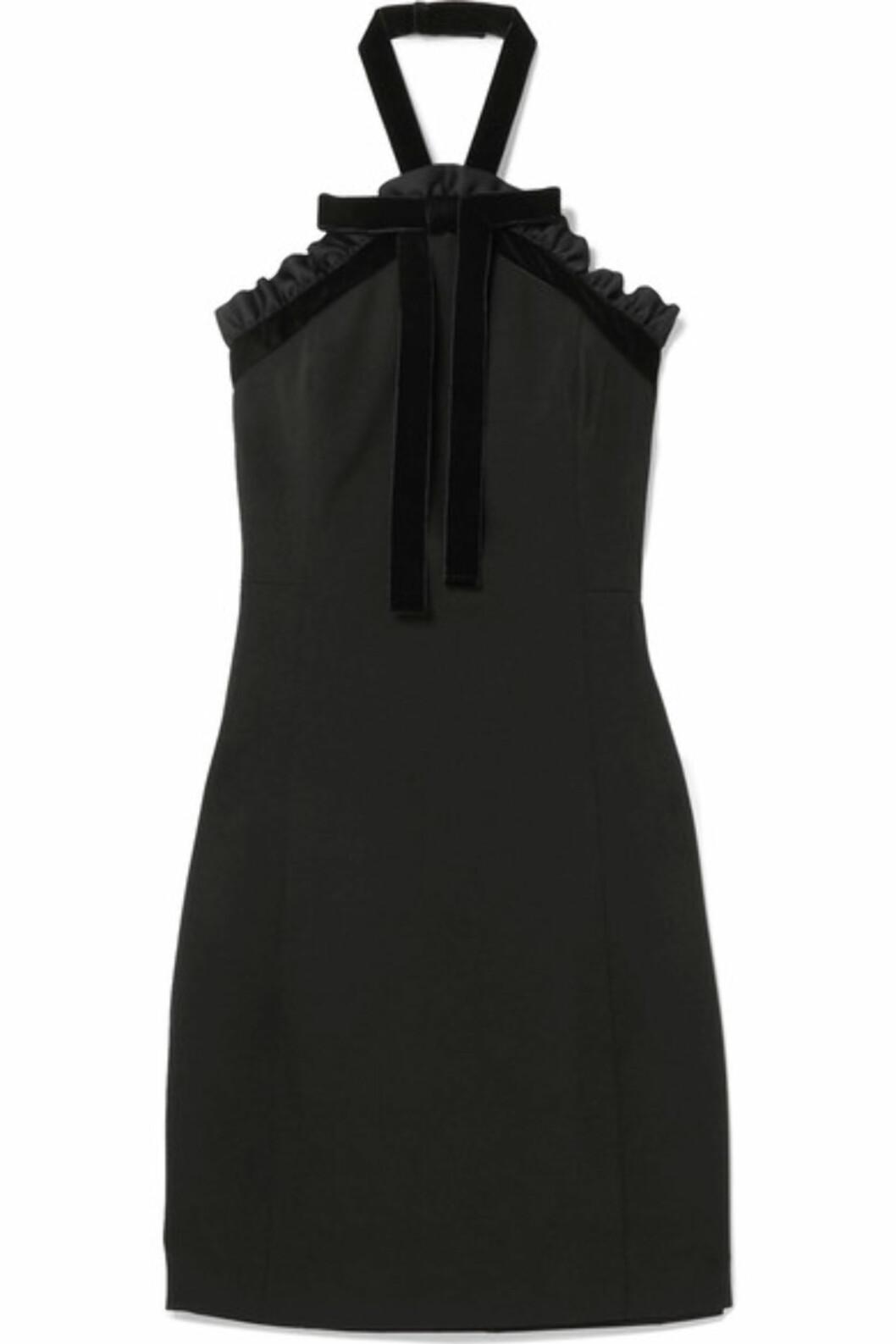 Kjole fra Michael Kors via Net-a-porter.com |2222,-| https://www.net-a-porter.com/no/en/product/958324/michael_michael_kors/ruffled-velvet-trimmed-crepe-halterneck-mini-dress