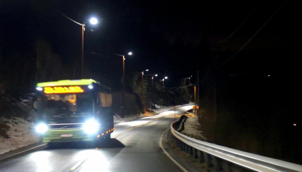 <strong>LED-GATELYS SPARER STRØM:</strong> Lysene langs fylkesvei 155 i Buskerud skrur seg plutselig på full styrke når man kommer kjørende. Skjermdump/Video: Rune Nesheim