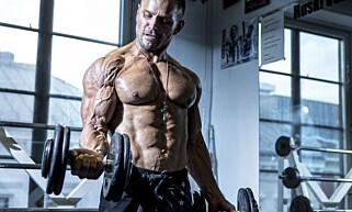 MUSKULØS: Daniel Stisen er bodybuilder i tillegg til å være skuespiller, produsent og stuntmann. Foto: Jon Klasbu
