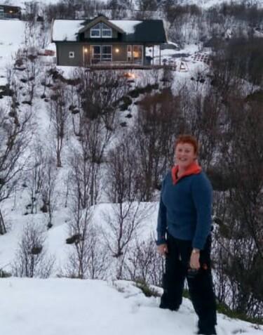 ENDELIG: Laila Lochert viser fram sin splitter nye «Farmen»-hytte til Dagbladet. Foto: Privat