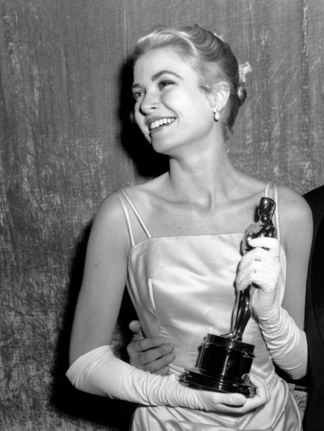 VANT OSCAR: Før Grace Kelly ble fyrstinne av Monaco, var hun en av verdens mest ettertraktede skuespillere. Her med sin nyvunnede Oscar-statuett. Foto: NTB scanpix