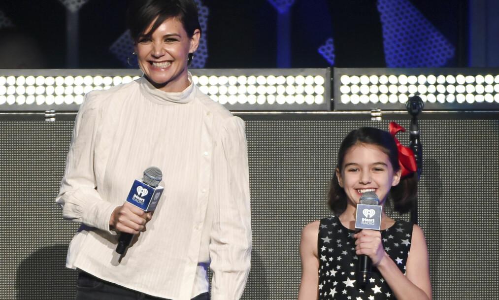 VISTE SEG SAMMEN: Katie Holmes og Suri Cruise vekket jubel da de dukket opp på scenen under iHeartRadio Jingle Ball i New York fredag. Foto: AP/ NTB scanpix