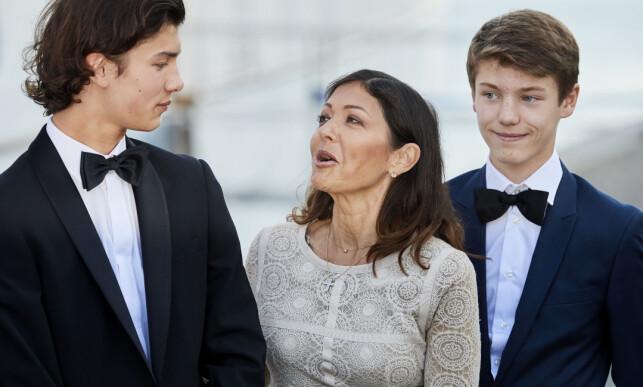 TENKER PÅ BARNA: Grevinne Alexandra av Danmark har sønnene Nicolai (t.v) og Felix sammen med prins Joachim. Begge barna er prinser og er i arverekken til den danske tronen. Her fotografert med sin mor i høst. Foto: NTB scanpix