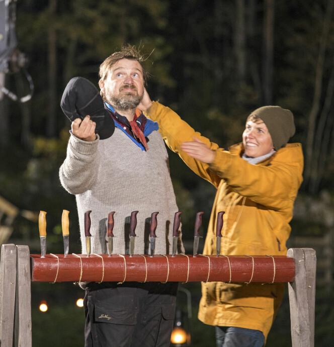 FÅR KLEM AV KONKURRENTEN: Eunike Hoksrød gratulerer «Farmen»-vinneren med seieren. - Jeg hadde min avdøde bror og bestemor i tankene da jeg så opp mot himmelen, forteller Sveen. Foto: Tor Lindseth