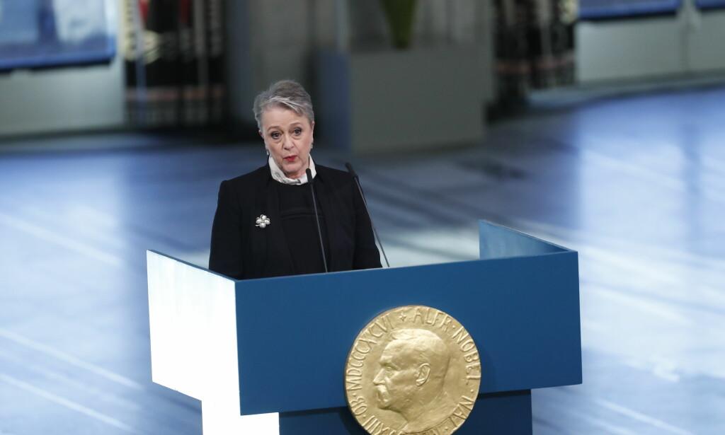 DELER UT PRIS: Leder av Nobelkomitéen Berit Reiss-Andersen taler i Rådhuset i anledning utdeling av Nobels Fredspris til ICAN. Foto: Terje Bendiksby / NTB scanpix