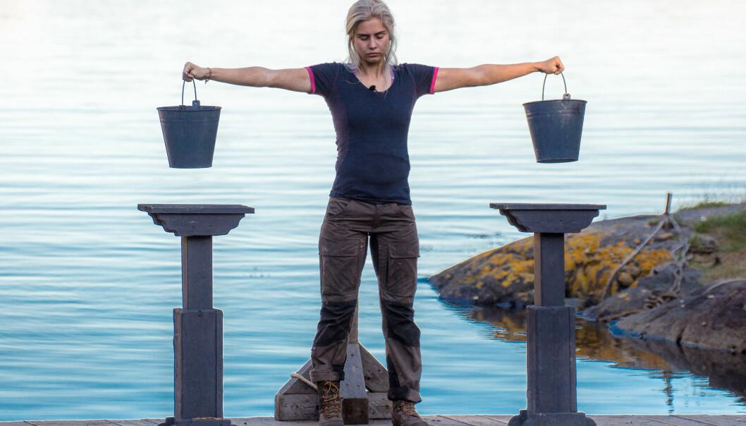 <strong>BLYTUNGT:</strong> Amalie Snøløs (21) måtte innse at kroppen ikke ville mer under kveldens melkespannkonkurranse mot Eunike Hoksrød (39). Dermed er hun ute av «Farmen». Foto: Alex Iversen / TV 2