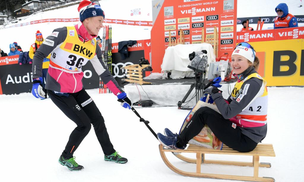 FIKK KJELKE: Ingvild Flugstad Østberg ble dratt på en liten æresrunde av Ragnhild Haga etter dagens seier i Davos. Foto: JON OLAV NESVOLD / Bildbyrån
