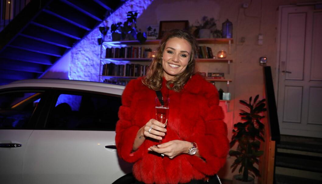 FLUFFY: Thale Myhre hadde valgt en rød pels for anledningen. I bakgrunnen står bilen en av årets finalister stikker av med. Foto: Christian Roth Christensen / Dagbladet