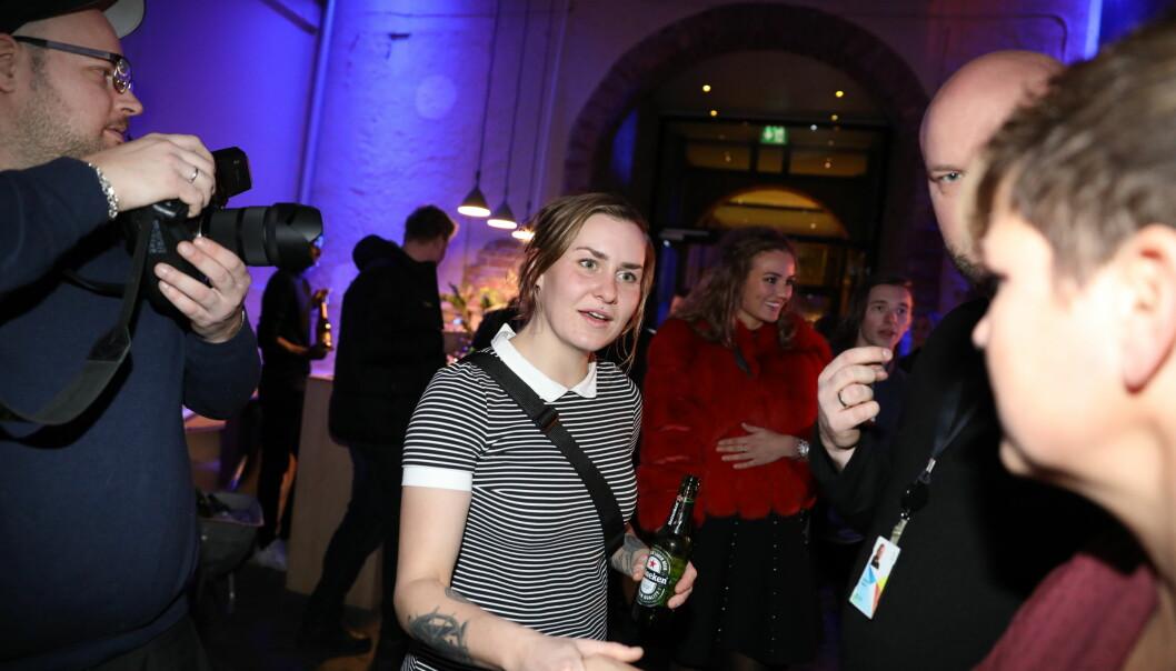 GODE VENNER: Camilla Cox Barfot fotografert mens hun hilser på Eunike. De to ble gode venner under oppholdet. Foto: Christian Roth Christensen / Dagbladet