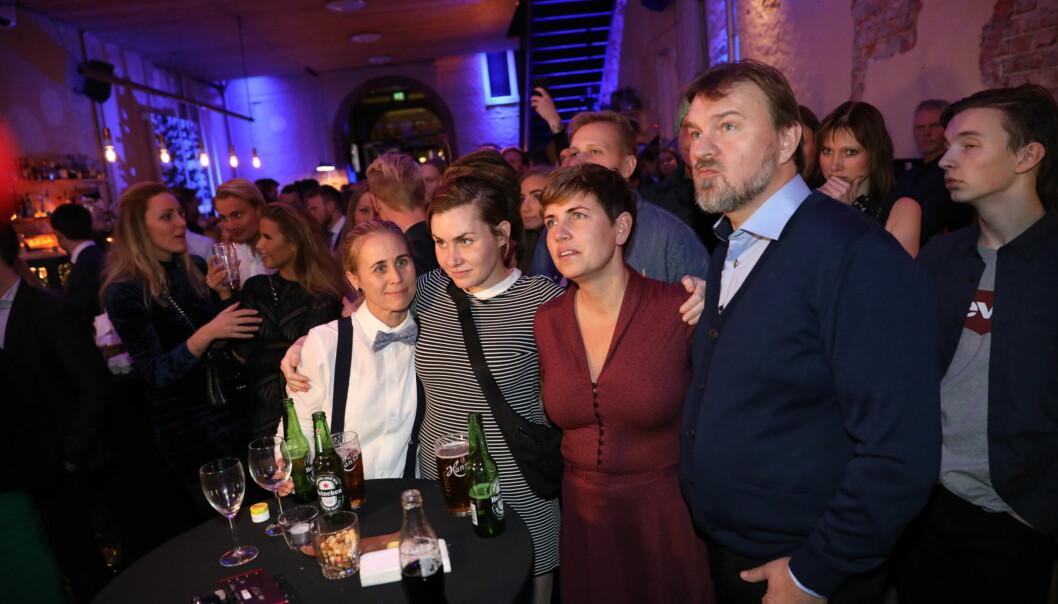 SPENNENDE: Camilla, Eunike og Halvor fulgte spent med da sendingen gikk på skjermen. Foto: Christian Roth Christensen / Dagbladet