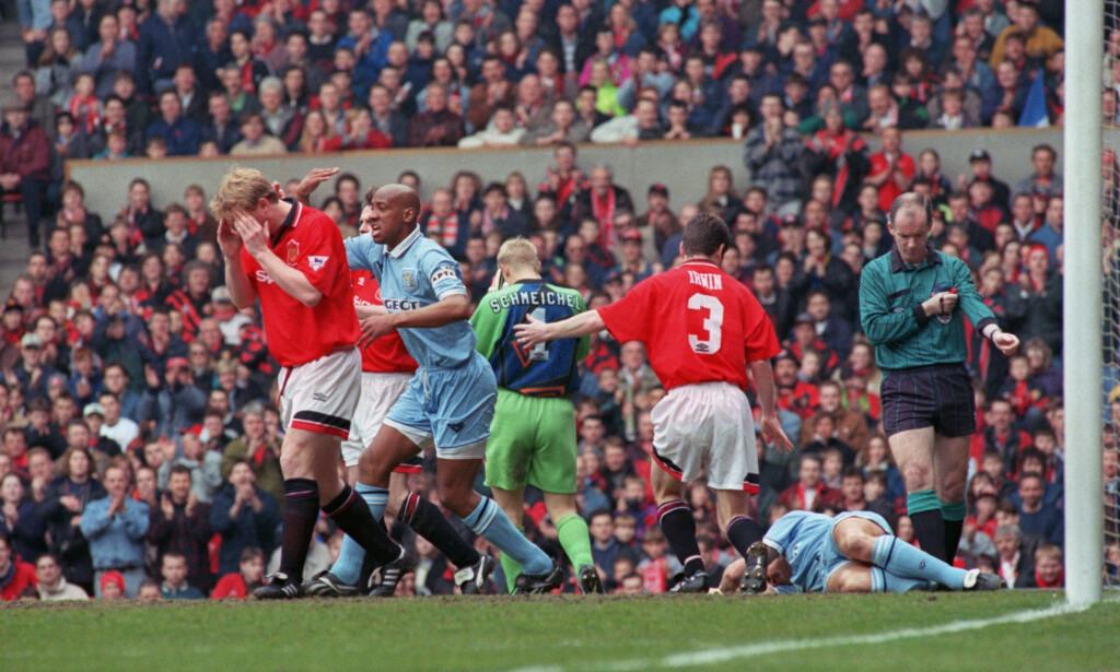 SKREKKSKADE: Coventrys David Busst vrir seg i smerte mens lagkamerat Dion Dublin roper på båre og Manchester United-spillerne David May, Peter Schmeichel og Denis Irwin ikke klarer å se på. Foto: AP/NTB Scanpix