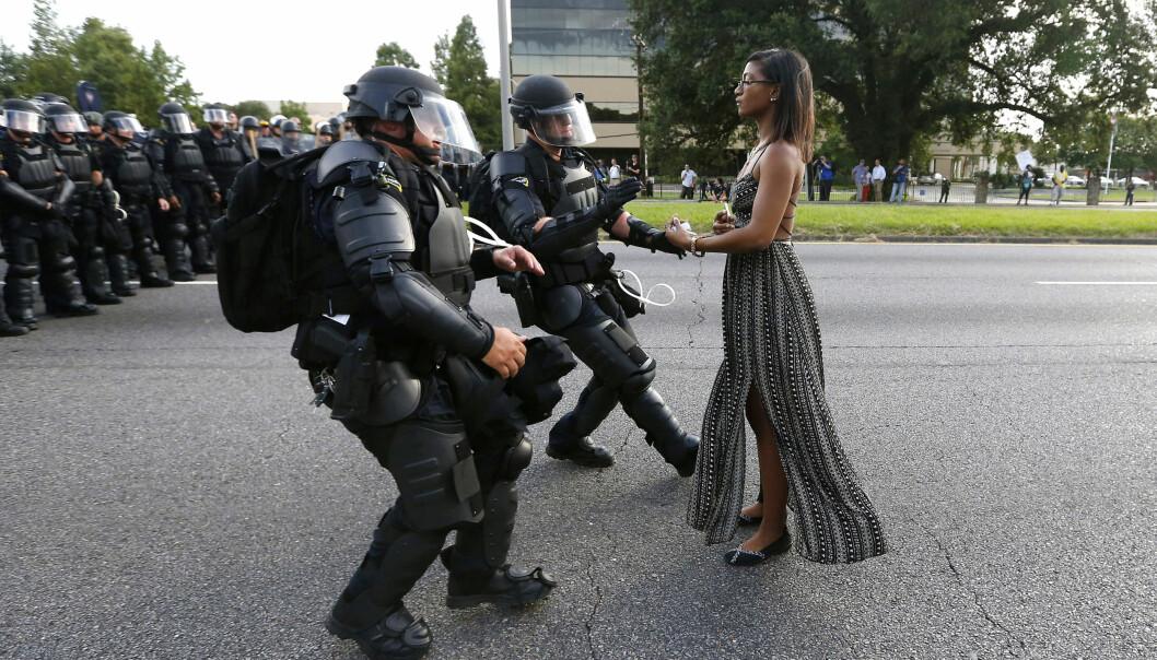 IKONISK: Black Lives Matter-aktivisten Ieshia Evans fotografert under en demonstrasjon i Louisiana sommeren 2016. Foto: NTB Scanpix