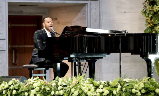 UNDER UTDELINGEN: John Legend spilte Bob Marleys låt «Redemption song» under utdelingen av Nobels fredspris søndag. FOTO: NTB Scanpix