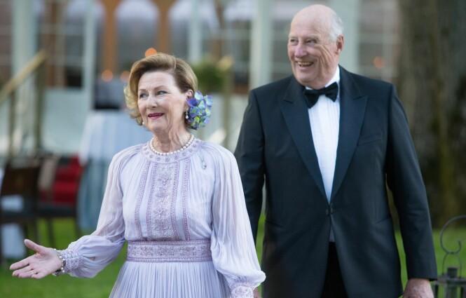 JUBILANTER: Både dronning Sonja og kong Harald fylte 80 år i år - og det flotte ekteparet holder seg svært godt! Dette bildet er tatt i forbindelse med dronning Sonjas 80-årsfeiring på Bygdøy Kongsgård 4. juli 2017. Foto: NTB Scanpix