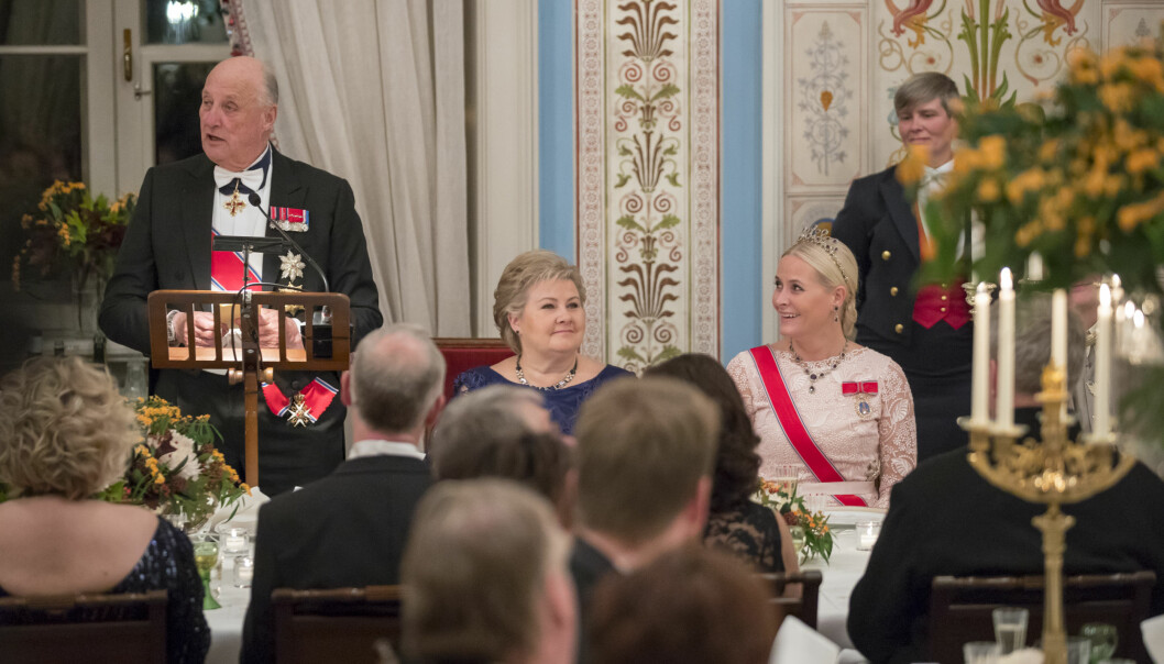 SPØKTE OM NTB-BLEMMEN: At kong Harald har selvironi og godt humør har vi visst i en årrekke, og dette beviste han nok en gang da han vitset om nyheten om sitt eget dødsfall under en middag for Stortinget på Slottet. Her med statsminister Erna Solberg og svigerdatter kronprinsesse Mette-Marit. Foto: NTB Scanpix