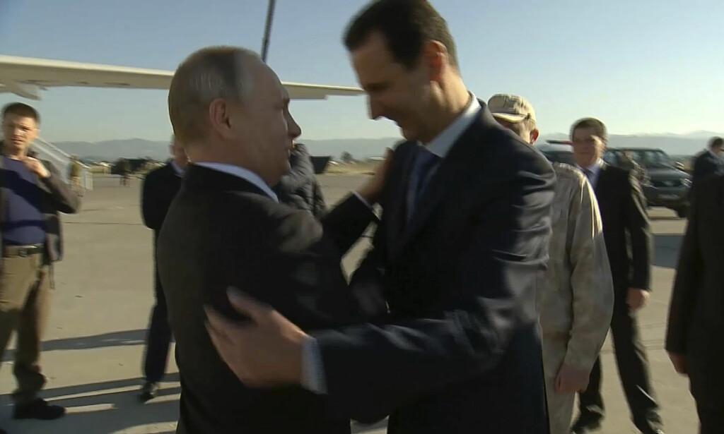 MØTTES IGJEN: Russlands president Vladimir Putin og Syrias president Bashar al-Assad møttes i Syria i går. Foto: AP / NTB Scanpix
