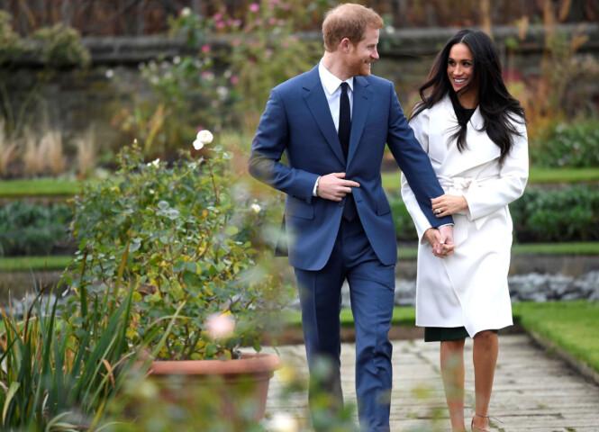 NYFORLOVET: Prins Harry fortalte pressen at han visste allerede første gang han møtte den amerikanske skuespilleren Meghan Markle at hun var den rette for ham. Her er de fotografert ved The Sunken Garden utenfor Kensington Palace. Foto: NTB Scanpix