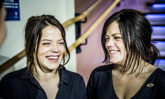 <strong>FORSKJELL:</strong> Johanne og Kristine forklarer at man må se på hvilken side de har piercing på, for å lettere se forskjell på dem. Foto: Christian Roth Christensen / Dagbladet