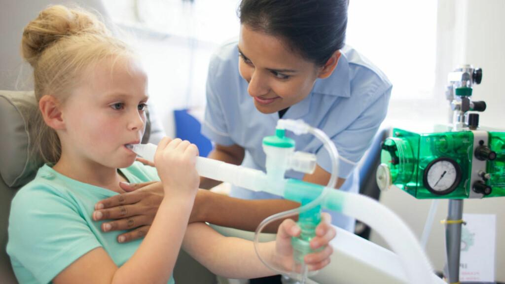 CYSTISK FIBROSE: Sykdommen kan gi pustebesvær, infeksjoner i lungene og dårlig næringsopptak. Slimløsende medisiner er en viktig del av behandlingen. Foto: NTB Scanpix/Shutterstock