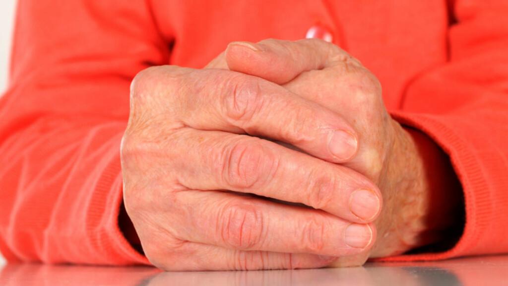 PARKINSONS SYKDOM: Det første symptomene kommer gjerne i hendene i form av lett skjelving. Foto: NTB Scanpix/Shutterstock